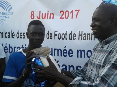 The president of the Mundus maris Club Senegal awarded the trophies but especially food to the recipients.
