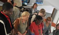 Aufmerksames Zuhören bei den Erklärungen der Arbeiten aus Kayar, Senegal