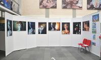 Künstlerische Photographien des Helmholtz-Gymnasiums Hilden wollten schockieren und durch ungewöhnliche Ausblicke zum Nachdenken anregen - an der Seite rechts die Malereien auf Holz der Schüler der Ecole du Plateau Bensouda, Safi, Marokko